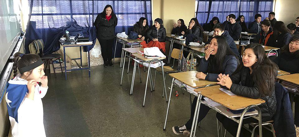 La pequeña Antonella Díaz de 1°A representando a Erika Olivera, deportista Puentealtina, frente a estudiantes de 6° básico.